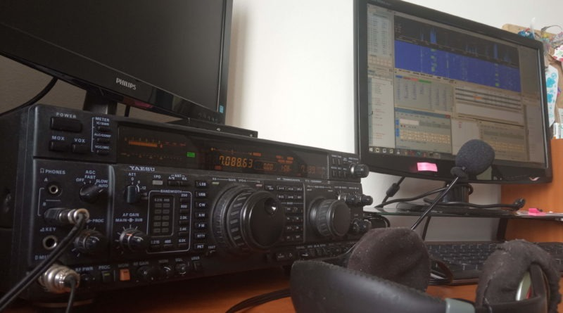 Yaesu FT-1000MP TCVR a počítč s N1MM+ logom v conteste